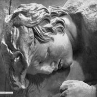 Алтарь Зевса в Пергаме. Южная сторона большого фриза. Молодой убитый гигант (деталь)