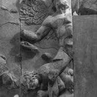 Алтарь Зевса в Пергаме. Южная сторона большого фриза. Крылатый гигант — противник Фойбе
