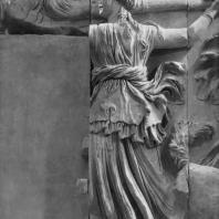 Алтарь Зевса в Пергаме. Южная сторона большого фриза. Фойбе, мать Латоны и Астерии, поражающая гиганта факелом