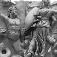 Алтарь Зевса в Пергаме. Восточная сторона большого фриза. Геката, подземная богиня, и гигант Клитий