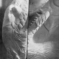 Алтарь Зевса в Пергаме. Восточная сторона большого фриза. Голова змеи (конечность ноги гиганта Клития)