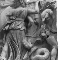 Алтарь Зевса в Пергаме. Восточная сторона большого фриза. Геката и гигант Отое — противник Артемиды