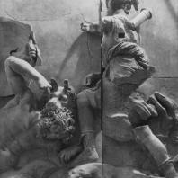 Алтарь Зевса в Пергаме. Восточная сторона большого фриза. Артемида, богиня охоты, и гигант Эгейон