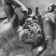 Алтарь Зевса в Пергаме. Восточная сторона большого фриза. Гигант Эгейон, поверженный к ногам Артемиды