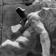 Алтарь Зевса в Пергаме. Восточная сторона большого фриза. Гигант Титий, пораженный факелом Латоны