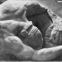 Алтарь Зевса в Пергаме. Восточная сторона большого фриза. Убитый гигант под ногами крылатых коней