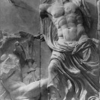 Алтарь Зевса в Пергаме. Восточная сторона большого фриза. Зевс и гигант, пораженный молнией