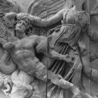 Алтарь Зевса в Пергаме. Восточная сторона большого фриза. Афина и гигант Алкионей, умирающий от змеи Афины