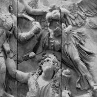 Алтарь Зевса в Пергаме. Восточная сторона большого фриза. Ника, богиня победы, и Гея — мать гигантов