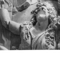 Алтарь Зевса в Пергаме. Восточная сторона большого фриза. Гея, мать гигантов, с рогом изобилия