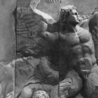 Алтарь Зевса в Пергаме. Северная сторона большого фриза. Крылатый гигант Линкей со змеевидными ногами