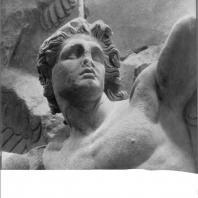 Алтарь Зевса в Пергаме. Северная сторона большого фриза. Гигант Линкей (деталь)