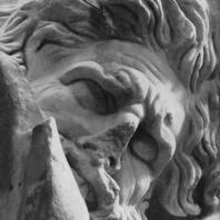 Алтарь Зевса в Пергаме. Северная сторона большого фриза. Гигант Идант (деталь), кусающий руку Кастора