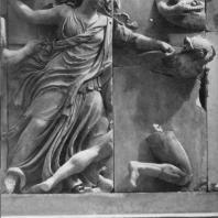 Алтарь Зевса в Пергаме. Северная сторона большого фриза. Богиня ночи Никс, бросающая в гиганта сосуд со змеей