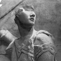 Алтарь Зевса в Пергаме. Северная сторона большого фриза. Эриния, богиня мести, с колчаном за плечами