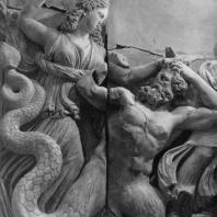Алтарь Зевса в Пергаме. Северная сторона большого фриза. Мойра, богиня судьбы, и змееногий гигант