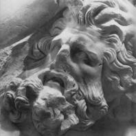 Алтарь Зевса в Пергаме. Северная сторона большого фриза. Змееногий гигант (деталь), противник Мойры