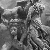Алтарь Зевса в Пергаме. Северная сторона большого фриза. Мойра со львом и два гиганта