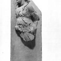"""Алтарь Зевса в Пергаме. Части малого фриза или фриза Телефа. Фигура — часть группы """"Праздник Диониса"""""""